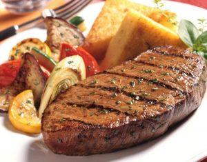 За допомогою спеціального клею з м'ясних обрізків можна зробити один великий і апетитний стейк