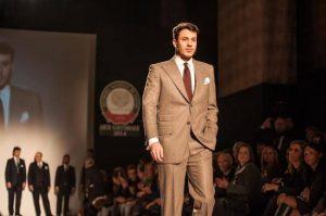Модель дефілює у костюмі, який Руслан Лазарев пошив у рамках конкурсу «Золоті ножиці»